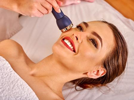 美顔器を使う女性1